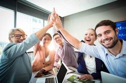 gente-negocios-dando-cinco-escritorio_10