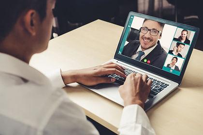 gente-negocios-videollamada-reunida-luga