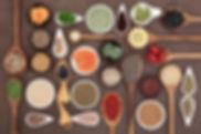 assortiments d'épices et graines dans des cuillères en bois