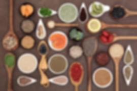 super gezonde voeding, kruiden - kiwi - olijf- noten - zalm - pitten - broccoli