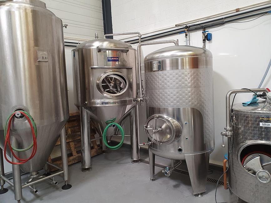 atelier de brassage de la microbrasserie locale into the malt
