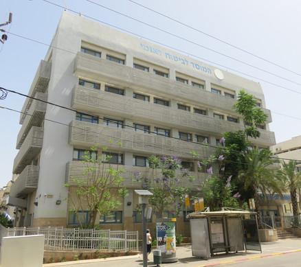 """אגף חדש נוסף למשרדי המוסד לביטוח לאומי בכפר סבא. 6 קומות, סה""""כ כ-2,500 מ""""ר. בקומת הקרקע קבלת קהל, בקומות מעל משרדים (לחלקם מגיע גם קהל)"""