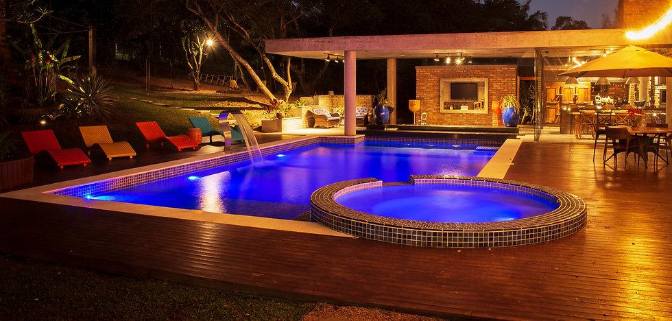 piscina bonita iluminada