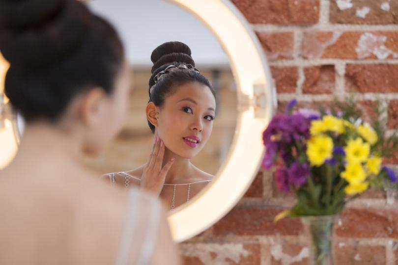 El maquillaje suave en tonos pastel evoca ternura.