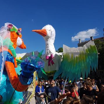 Babette la renarde et Colin la cigogne : les marionnettes géantes se marient