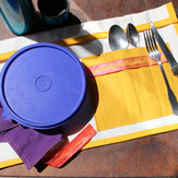 Set de table nomade roulé et fermé par un ruban