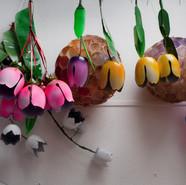 Bouquets de tulipes en bouteilles de lait découpées et peintes