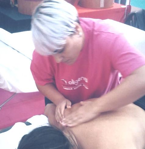 Massaggio alle spalle collo