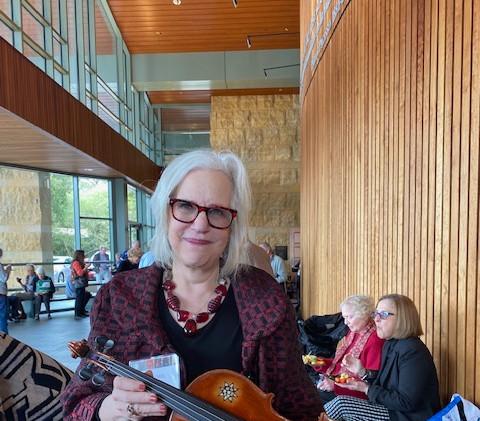 Lenore Naxon displays a Violin of Hope