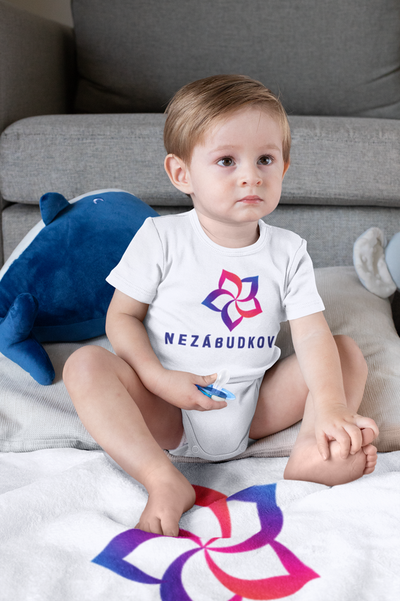 onesie-mockup-of-a-boy-sitting-on-a-subl