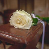un solo fiore elegante per i banchi
