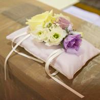 cuscino fedi con fiori glicine wedding planner