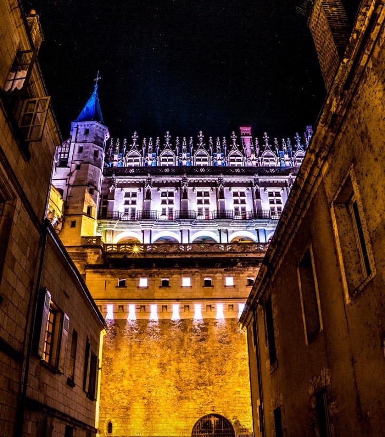 Le Château la Nuit au Coin de la Rue