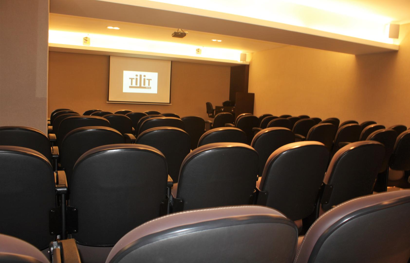 Auditório (65 pessoas) / Auditorium (65 people)