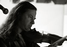 Jonathan Segel holdng violin