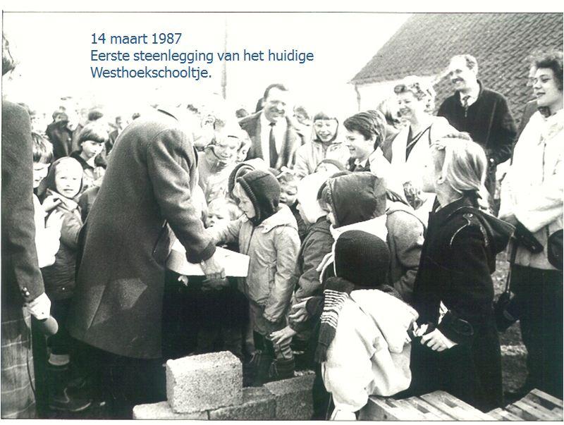 1ste steenlegging Westhoekschooltje