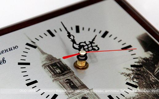 Часы на плакетке