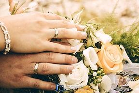 Detailfoto von Eheringen und Brautstrauß. Copyright: Kornis, euer Hochzeitsfotograf aus dem Bezirk Wiener Neustadt