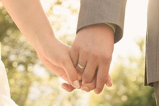 Nahaufnahme: Brautpaar hält Händchen, im Mittelpunkt steht der Ehering des Bräutigams. Copyright: Kornis, euer Hochzeitsfotograf aus dem Bezirk Wiener Neustadt