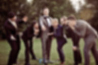 Gruppenfoto: Der Bräutigam ist umringt von seinen Freunden und zeigt seinen Ehering, alle bestaunen und bewundern ihn. Copyright: Kornis, euer Hochzeitsfotograf aus dem Bezirk Wiener Neustadt