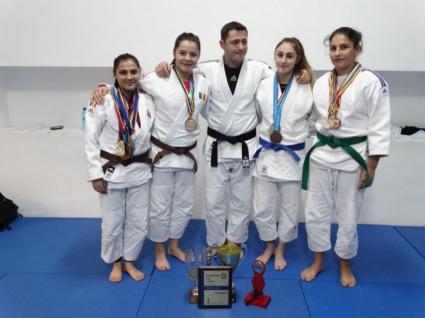 Fetele de la judo: povestea unor campioane necunoscute care au dus România pe cele mai înalte culmi.