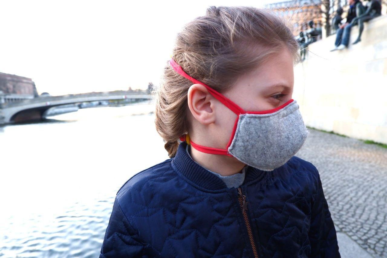 Die beiden elastischen Bänder halten die Maske in Position