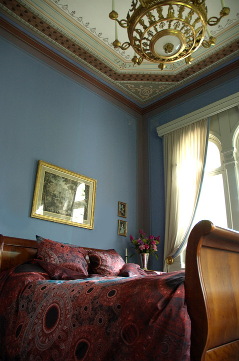 Design Kuu bed in smoky blue room