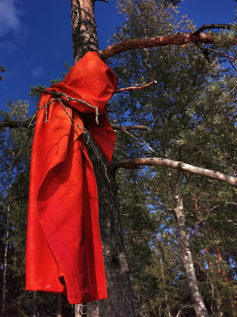 'Sun' bedlinen hanging from the tree