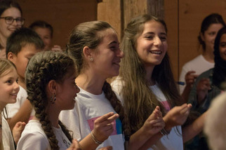 Mädchen singen Konzert.jpg