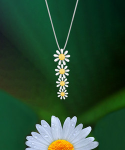Falling Daisy Necklace