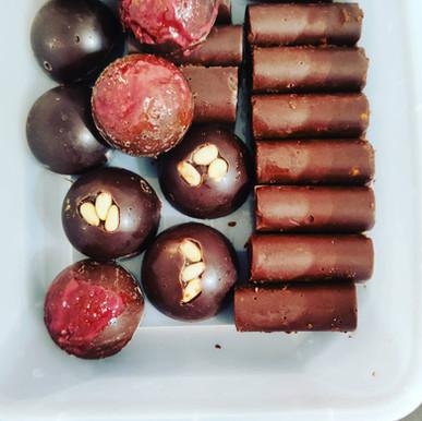 """מארז מפתיע 18 יחידות שוקולד בטעמים שונים עבודת יד 120 ש""""ח"""
