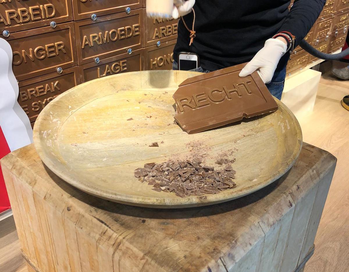 Break chocolate