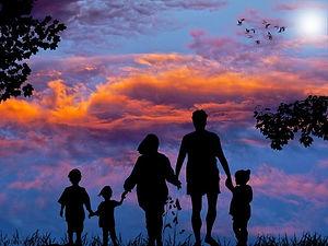 famille-heureuse-e1590476815356.jpg