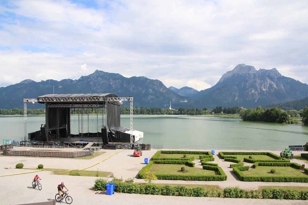 Im Barockgarten von Ludwigs Festspielhaus' am Forggensee mit herrlichem Bergpanorama und Blick auf Schloss Neuschwanstein und Hohenschwangau steigen die Königswinkel Open Airs 2019