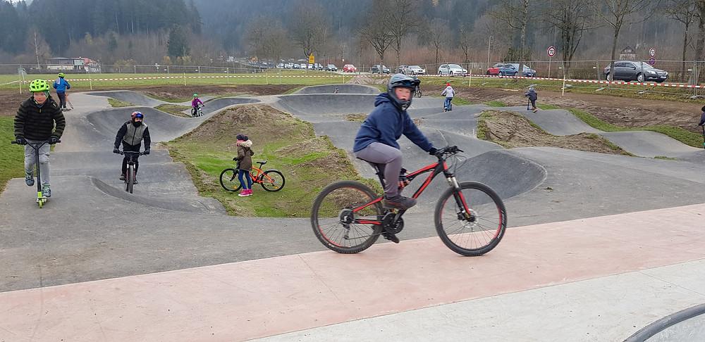 Der wellenförme Bikepark Rundkurs im neuen Skate- und Bikepark in Füssen im Allgäu.