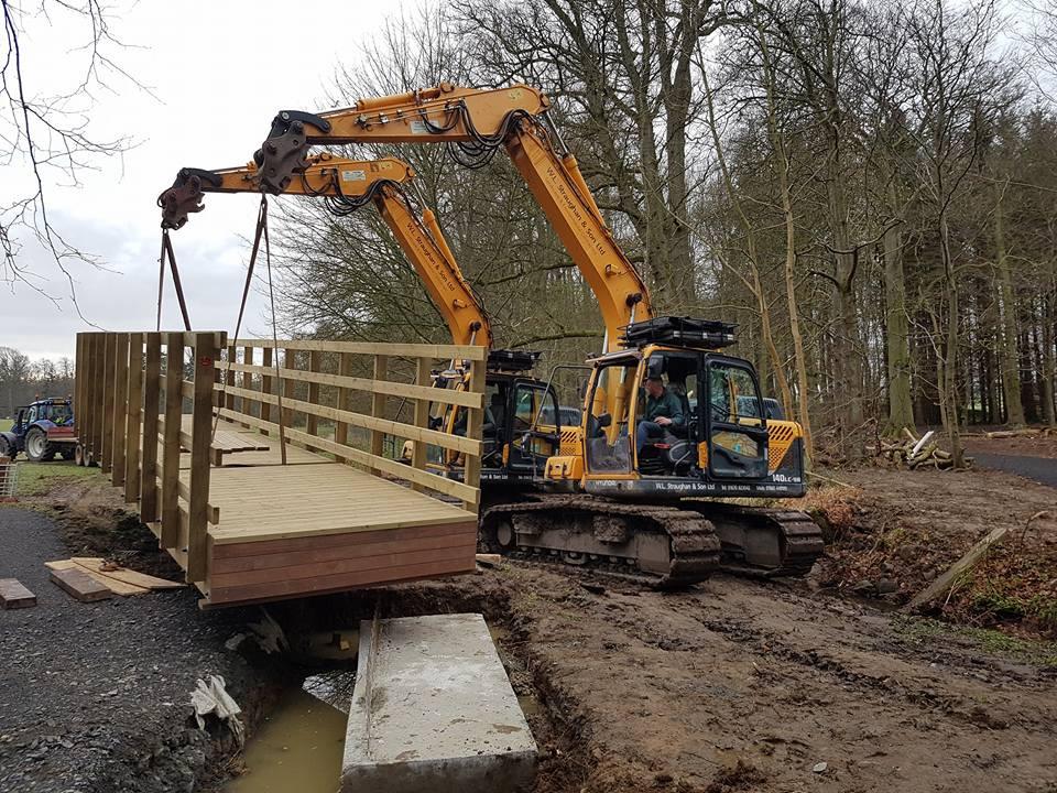 360 Excavators lifting in new bridge