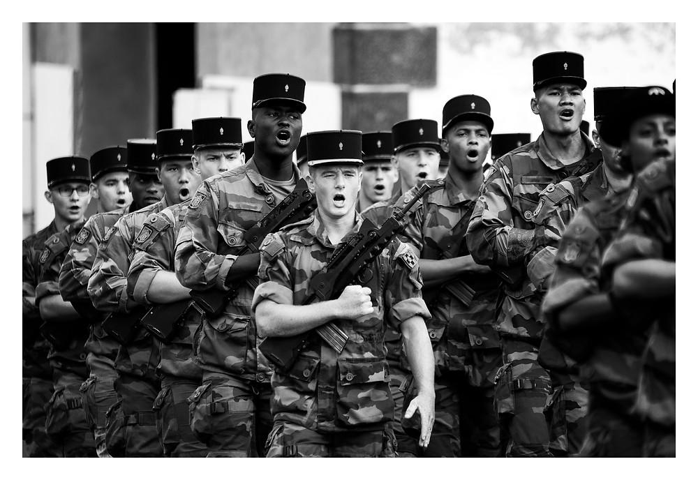 Marche militaire en chantant l'hymne de la compagnie.
