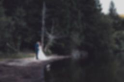 Photo de couple mariage autour d'un lac.