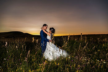 Photo de couple au couché de soleil séance trash the dress