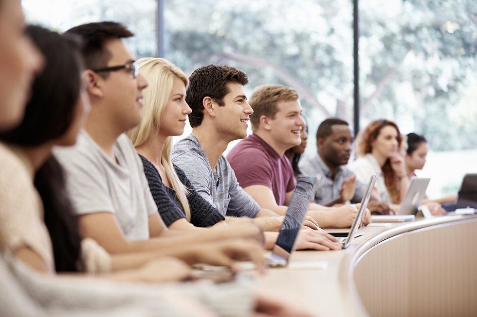 Etudiants à l'écoute d'intervenant