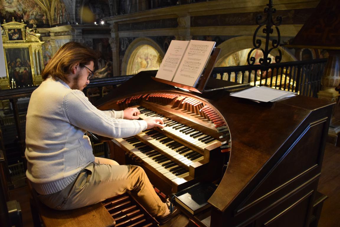 Triduo 3 Laudes organista.JPG