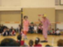 prezentare-spectacol-de-jonglerii-cu-farfurii-mingi-cerculete-