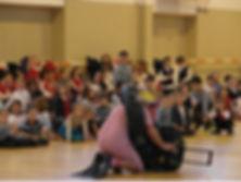 spectacol-la-scoala-cu-jonglerii-cercuri-dansuri