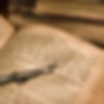 אצבע קריאה מכסף על ספר קודש לעריכה טיפוגרפית של תוכן באתר