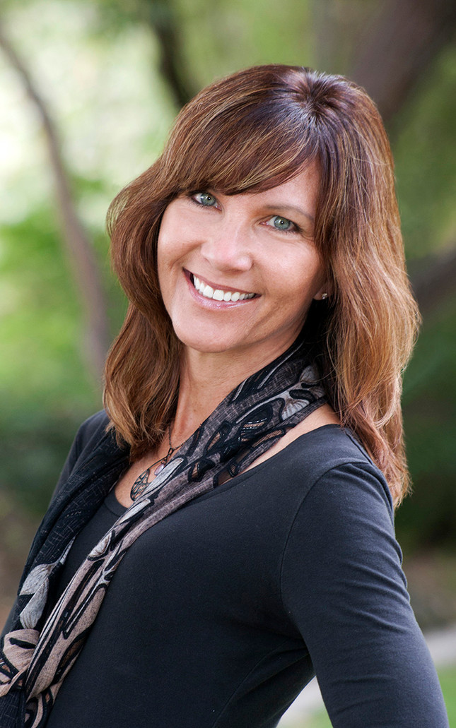 Corporate headshot photographer Melisa Chandler offers professional studio and outdoor headshots from Payson, Arizona.