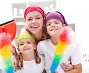 mère et ses 3 enfants en tenu pour faire le ménage illustrant la formation motiver mes enfants