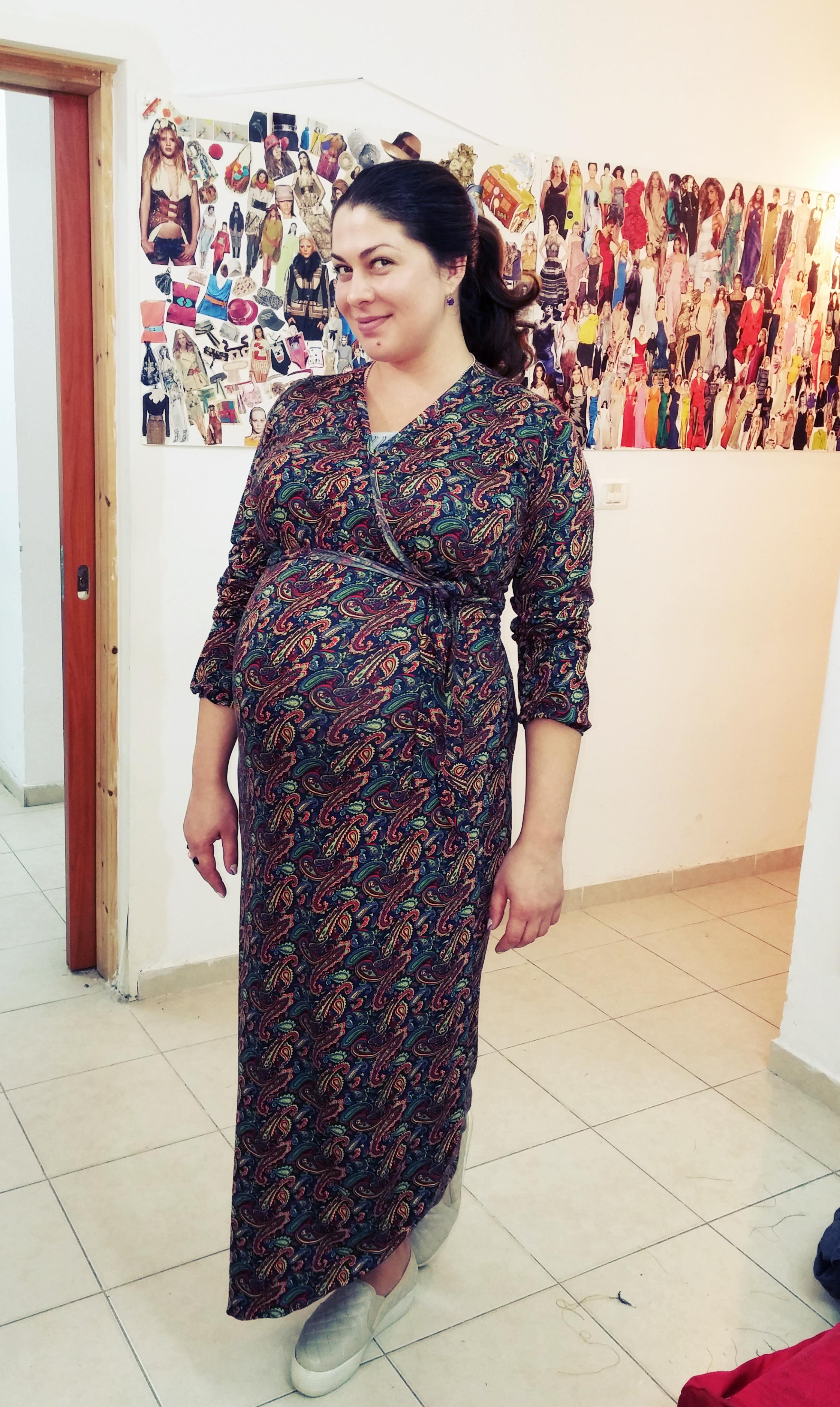 ורה בשמלה הריון בעיצובה