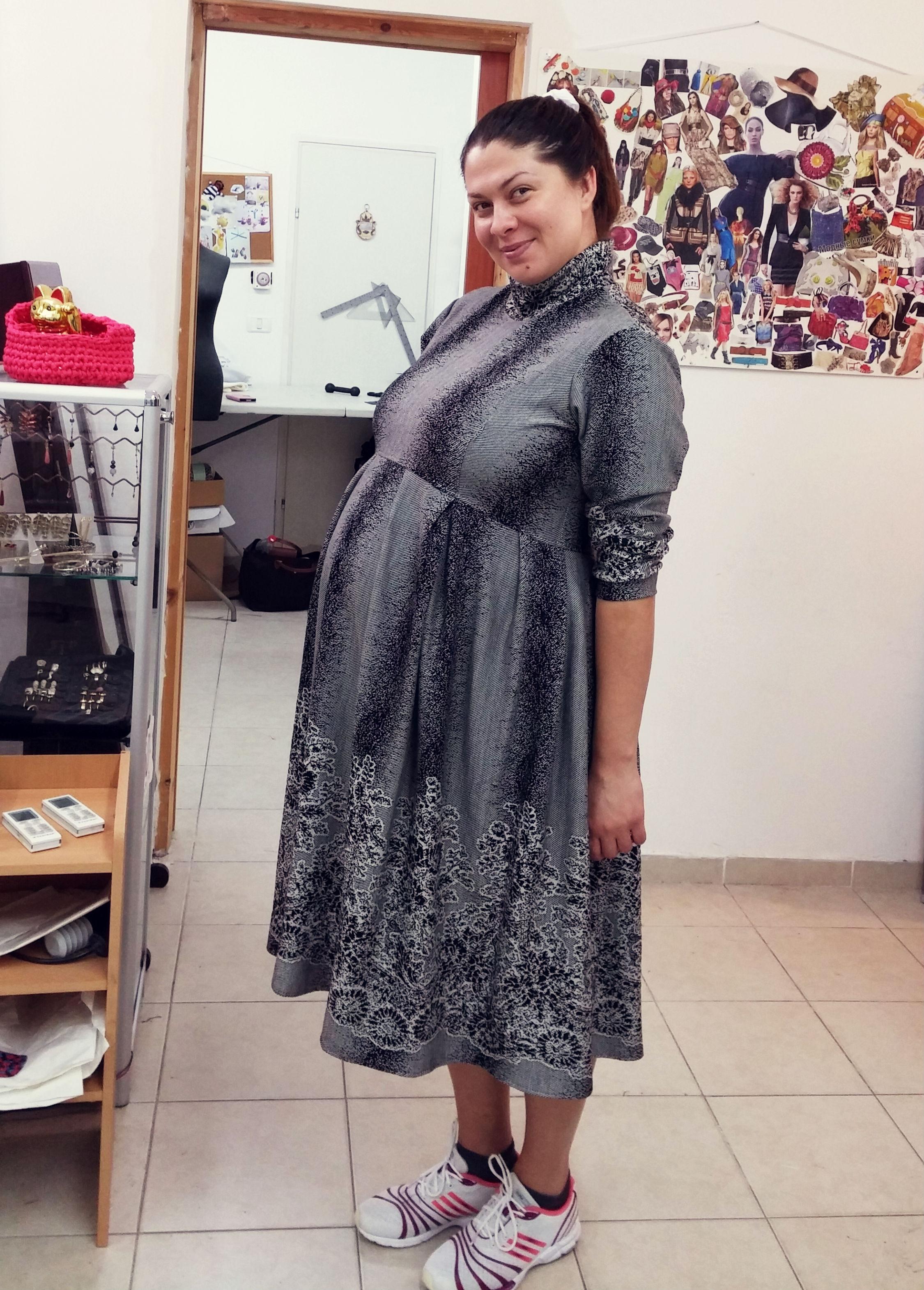 ורה בשמלת הריון בעיצובה