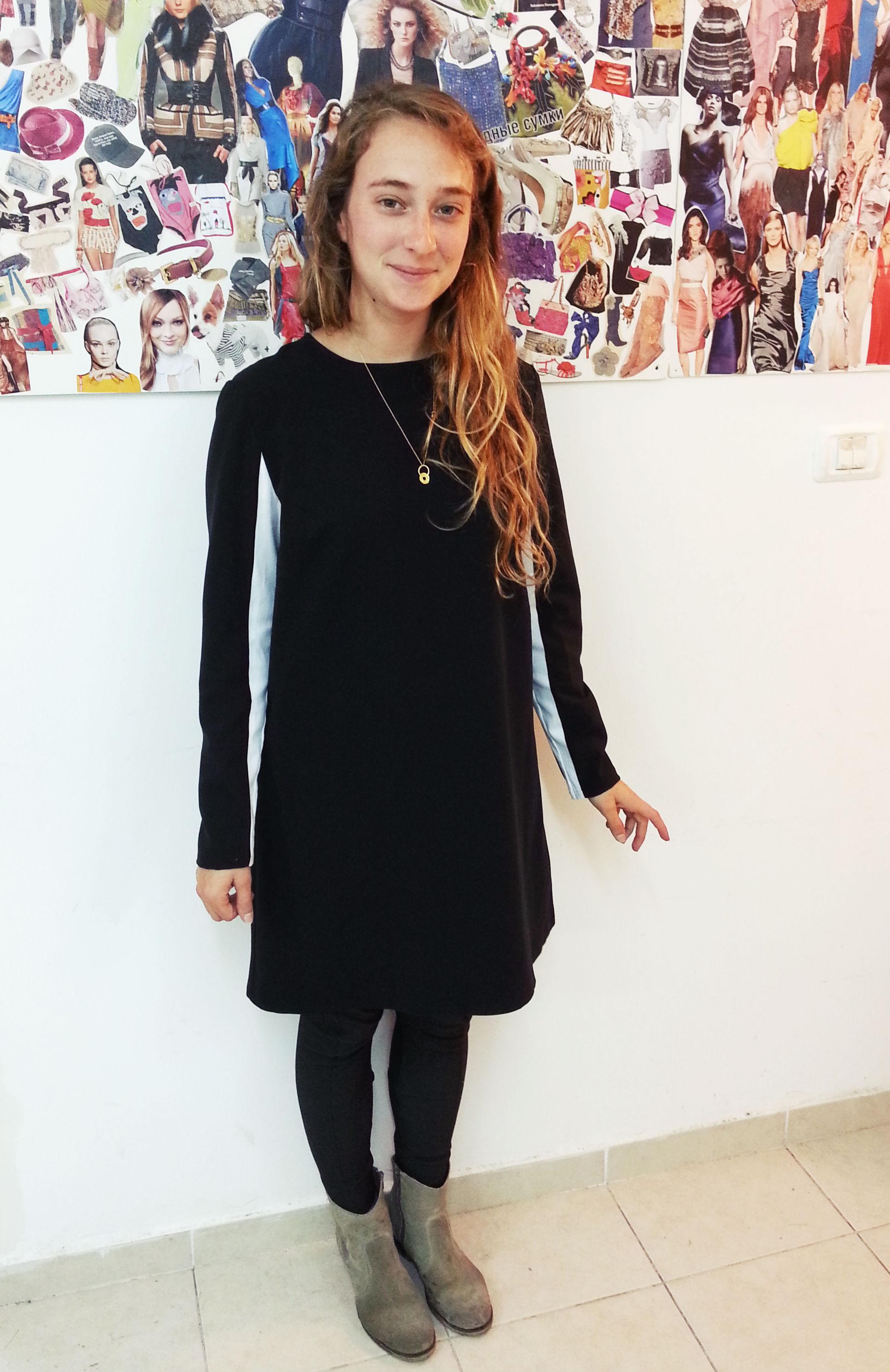 אילת בשמלה בעיצובה