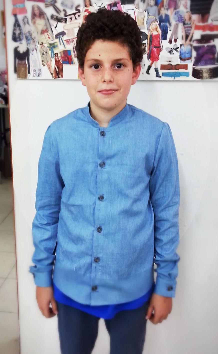 איתן (בן 11) בחולצה מכופתרת